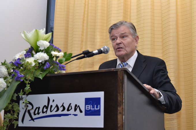 Kunniapuheenjohtaja Mikko Pesälä pitää puhetta